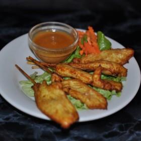 Brochettes de poulet avec sauce cacahuète